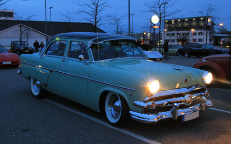 Ford_sedan_customline_1954__Rencard_du_Burger_King__06