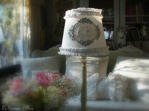 Abat jour blanc serviette ancienne monogramme ornement moulure rose volant ruffle patine decoration de charme shabby chic decoration romantique le grenier dalice gf
