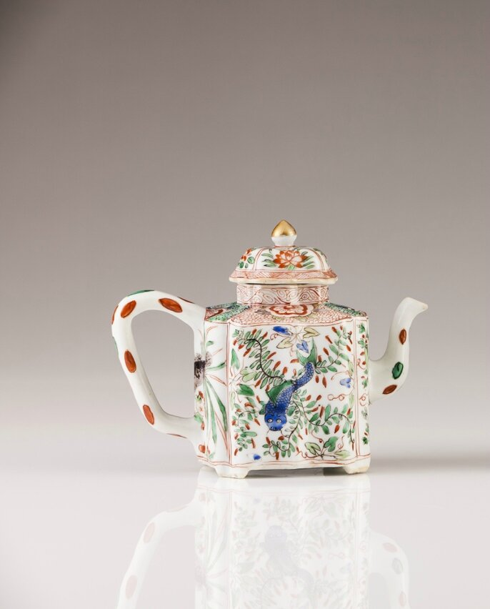A Polychrome Famille Verte tea-pot, Chinese export porcelain, Kangxi Period (1662-1722)