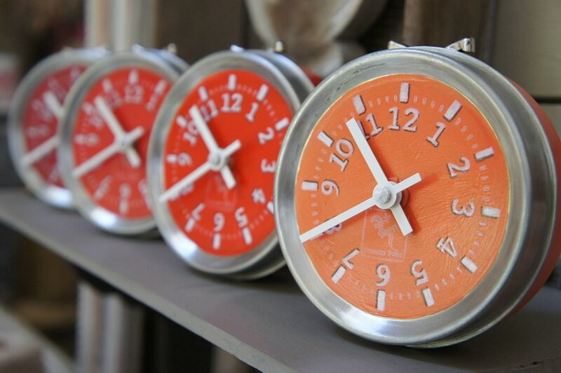 horloges de table rouges