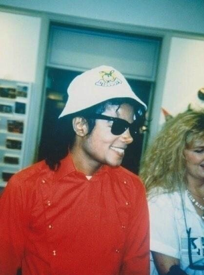 mj-in-sweden-liseberg-michael-jackson-33753283-418-604_51c05607e087c37be33f4edf