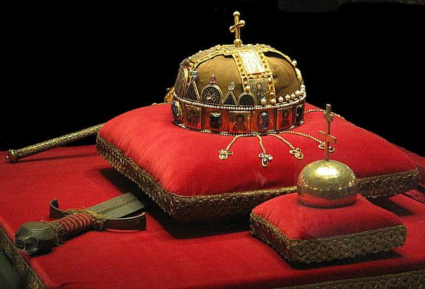 800px-Crown,_Sword_and_Globus_Cruciger_of_Hungary2