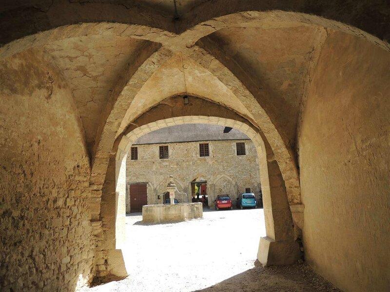 Cour du cloître et sa fontaine du XVIème siècle