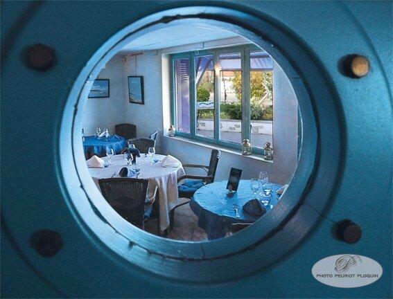 CANALS_L_Ancre_Marine_une_salle_du_restaurant_vue_d_un_hublot