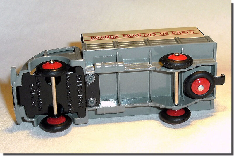 Dinky Atlas Ford Moulins de Paris A 3