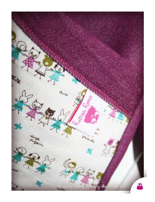IMG_5250-owly-mary-du-pole-nord-tablier-enfant-une-petite-ecole-blouse-coton-tissu-prune-blanc-fuchsia-turquoise