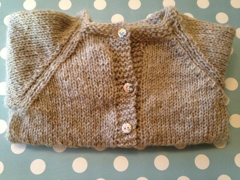 cardigan raglan 3pel point mousse baronval gris bergeredefrance modele tricots intemporels pour bebe boutons fleuris 6M 1