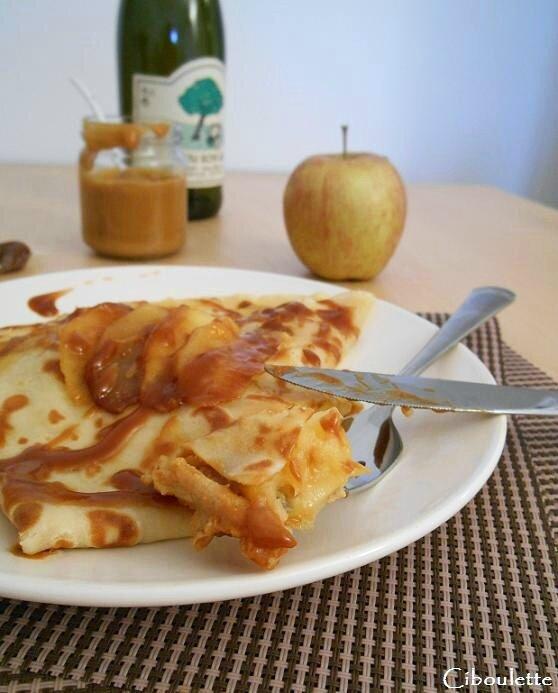 Crêpes de froment aux pommes & au caramel au beurre salé