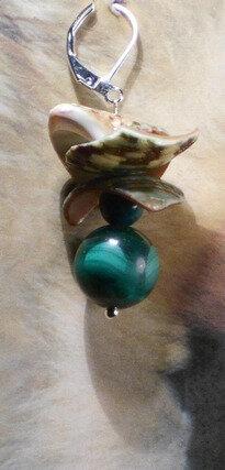 1 Boucles d'oreille boules et coquillages montées au métal argenté. 8 €