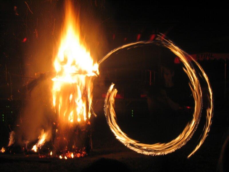 2007 08 Festival épouvantail feu soir clos (1)