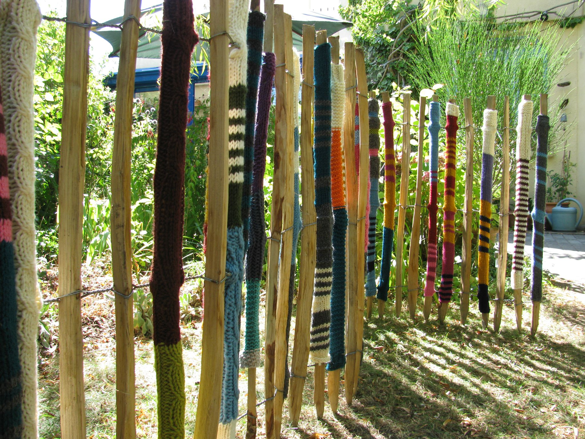 yarn bombing le loup ray. Black Bedroom Furniture Sets. Home Design Ideas