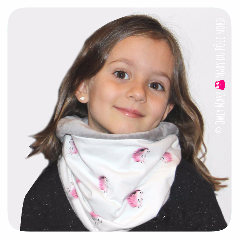 PH2017-10-04-0643-owly-mary-du-pole-nord-fait-main-snood-tour-de-cou-fille-enfant-herisson-gris-rose-blanc-doux