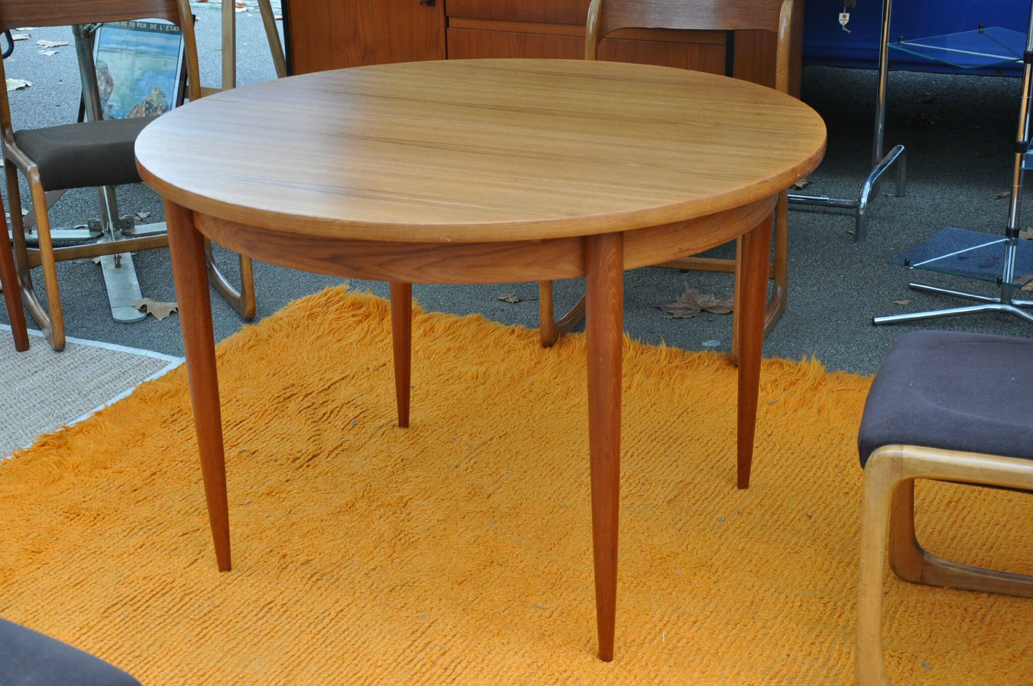 Table ronde teck de type scandinave article vendu for Table ronde rallonge integree