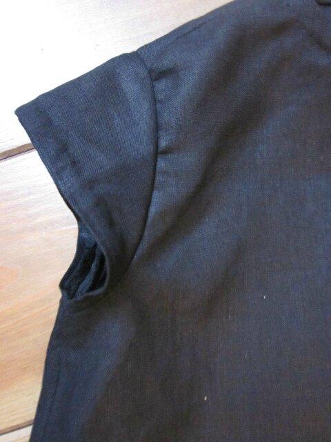 Robe trapèze THERESE en lin noir et ruché de tulle souple rose à pois bruns - Manches très courtes - Fermée par 3 petits boutons recouverts dans le dos (7)