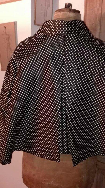 Veste VICTORINE en toile polyester noir à pois beige - Doublure de satin noir (1)