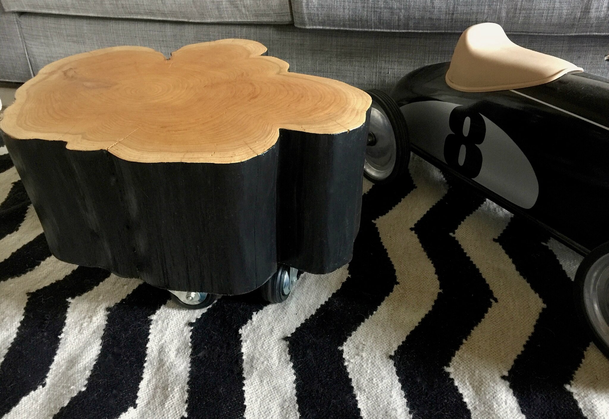 une petite table basse rondin de bois sur roulettes barbatruc et r cup. Black Bedroom Furniture Sets. Home Design Ideas