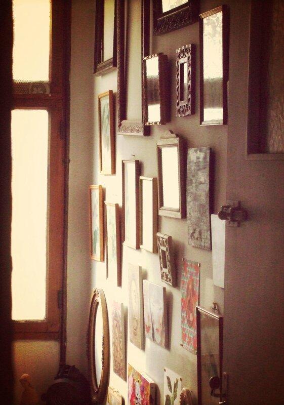 Une cage d 39 escalier transformait en galerie de tableaux for Tableau pour cage escalier