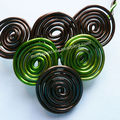 collier spirales marron vert détail