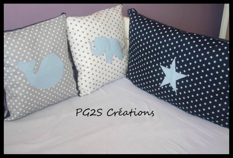 Tour de lit coussins gris blanc bleu étoiles