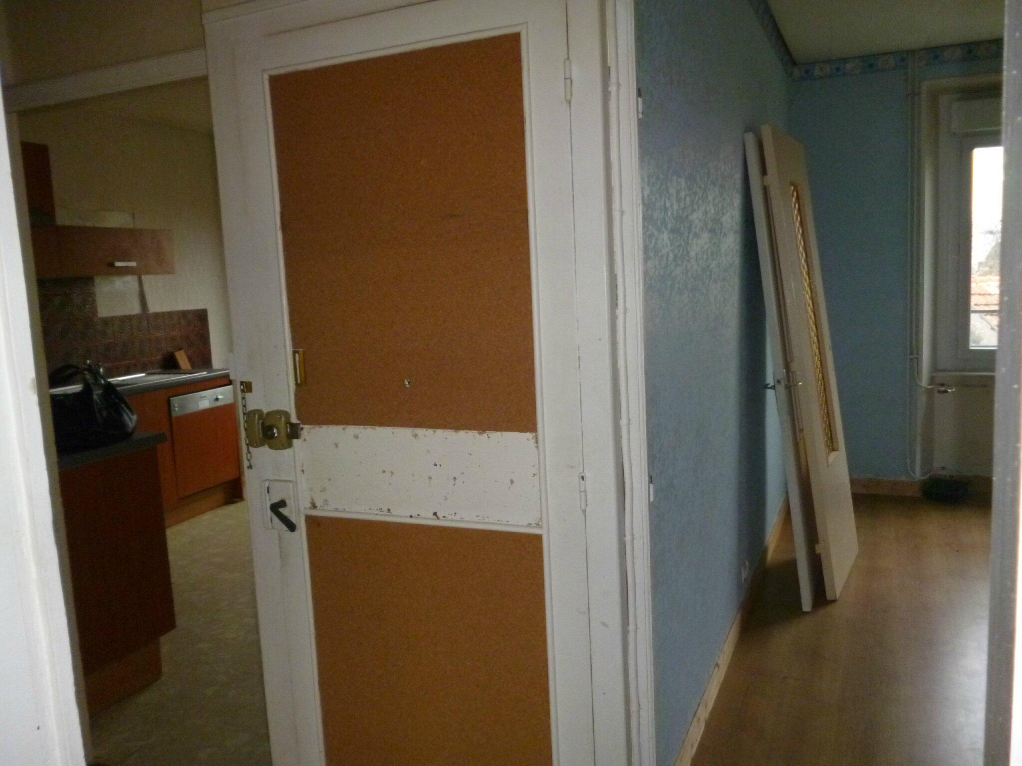 La porte marron et blanche c 39 est la porte d 39 entr e qui tait situ e en plein milieu de l for Porte d entree appartement