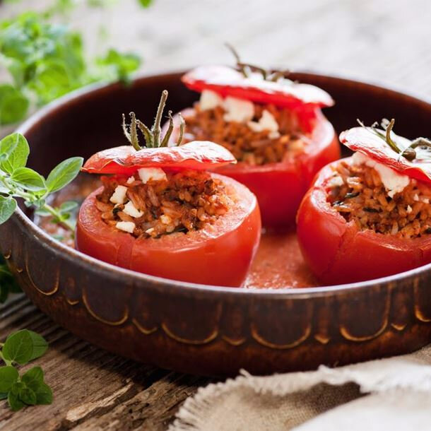 i83255-tomates-farcies-au-riz-pignons-raisins-secs-et-feta