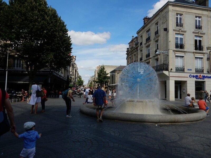 DSCN1349 Fontaine de la place Drouet-d'Erlon_1