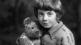 Les Aventures de Winnie l'Ourson - Christopher Robin Milne accompagné de sa peluche favorite