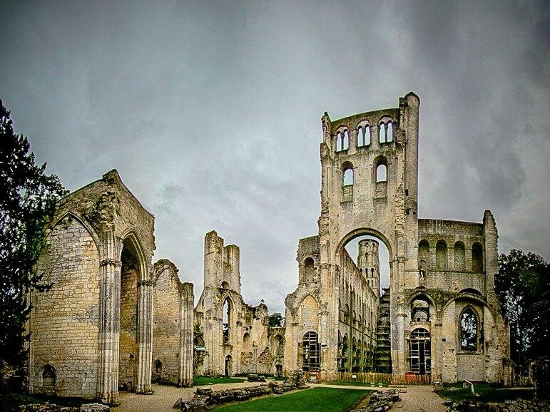 Saint Philibert de Jumièges, de Tournus, de Noirmoutier (de-Grand-Lieu ) Vikings et Puy du Fou