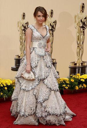 miley_cyrus_arrives_at_the_81st_annual_academy_awards_06_123_570lo