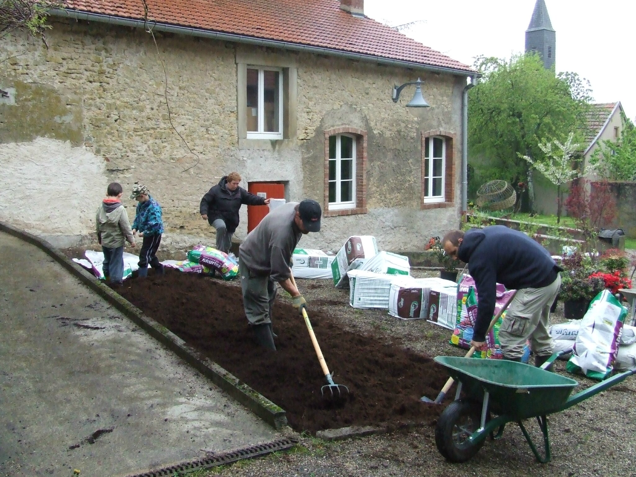 Mise en place des massifs terre de bruy re au jardins des harmonies saint ulrich les amis - Terre de bruyere ...