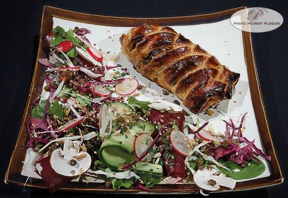 Tresse_croustillante_de_CANETTE_a_la_compotee_forestiere_accompagnee_d_une_salade_d_hiver_betterave_rouge_champignons_mache_chou_rouge_par_Helene_Robles_Le_Boul_Mich_a_Montauban_82