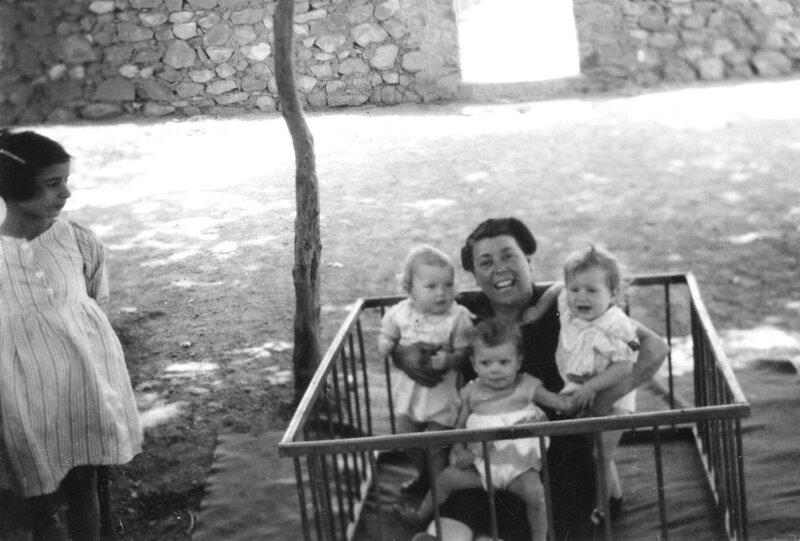 1- sous le regard de Jacqueline ma grand mère et ses petites filles Monique Nicole Françine 1948