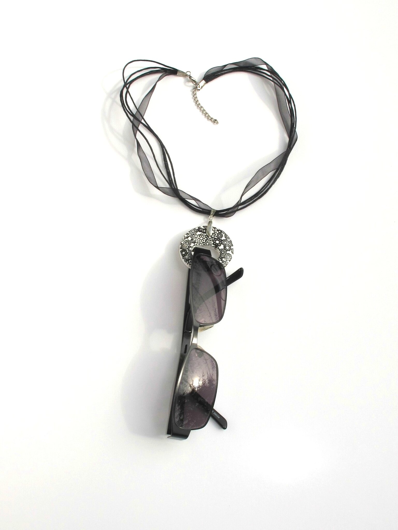 pendentif porte lunettes fimo rond fleurs noires