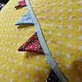 Grand coussin #5 fanion sur fond jaune