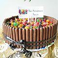 Gâteau à la confiture de fraises, bonbons et fingers