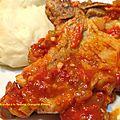 Côtes de porc braisées à la tomate, orange et piment