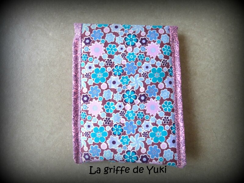 333 - Housse chargeur téléphone fleuri turquoise et rose (2)