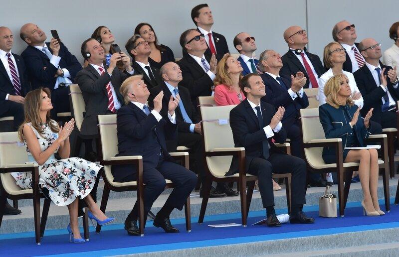 7789346720_les-couples-presidentiels-americains-et-francais-levent-les-yeux-vers-ciel-pour-admirer-le-passage-de-la-patrouille-de-france-vendredi-14-juillet