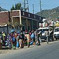 H03-Arrêt taxis-brousse sur la route