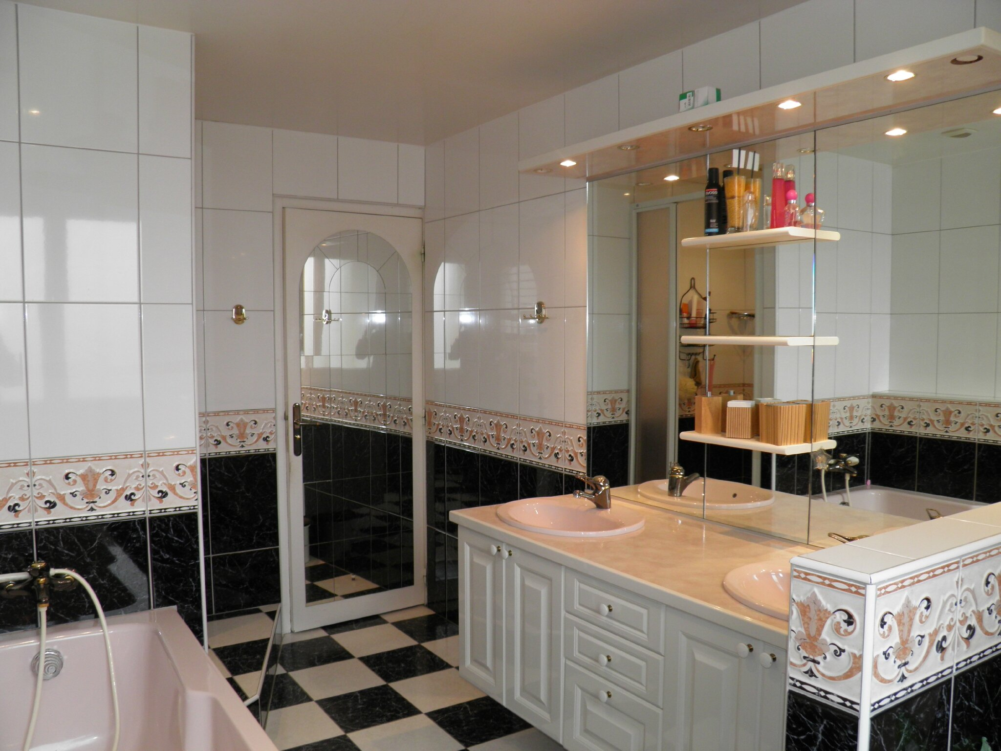 Salle de bain avec douche baignoire wc et deux vasques Modele salle de bain avec baignoire