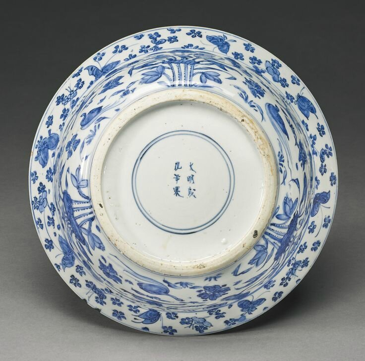 A blue and white 'Floral' basin, Late Ming dynasty, circa 1620s2