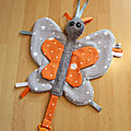 Attache tétine papillon gris orange
