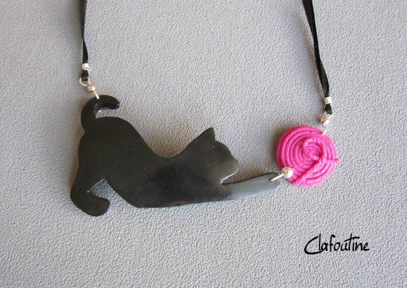 Chat de cou noir et pelote rose