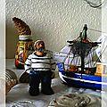 Figurines d'un marn et d'un bateau