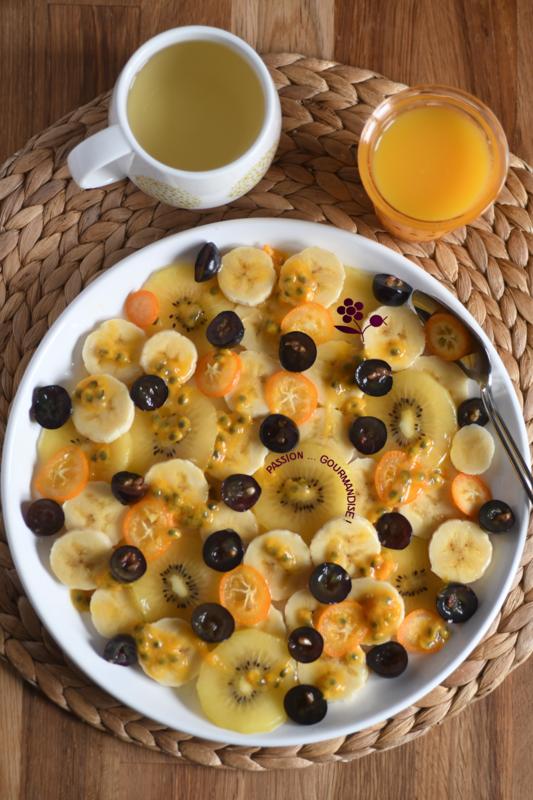 Assiette de fruits banane, kiwi gold, raisin noir, kumquat, fruit de la passion