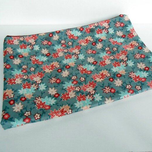 Pochette lingerie feuille sur fond gris