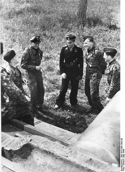 434px-Bundesarchiv_Bild_101I-299-1802-05,_Nordfrankreich,_Michael_Wittmann,_Panzersoldaten