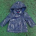 Imperméable marine à pois blancs, 1 an