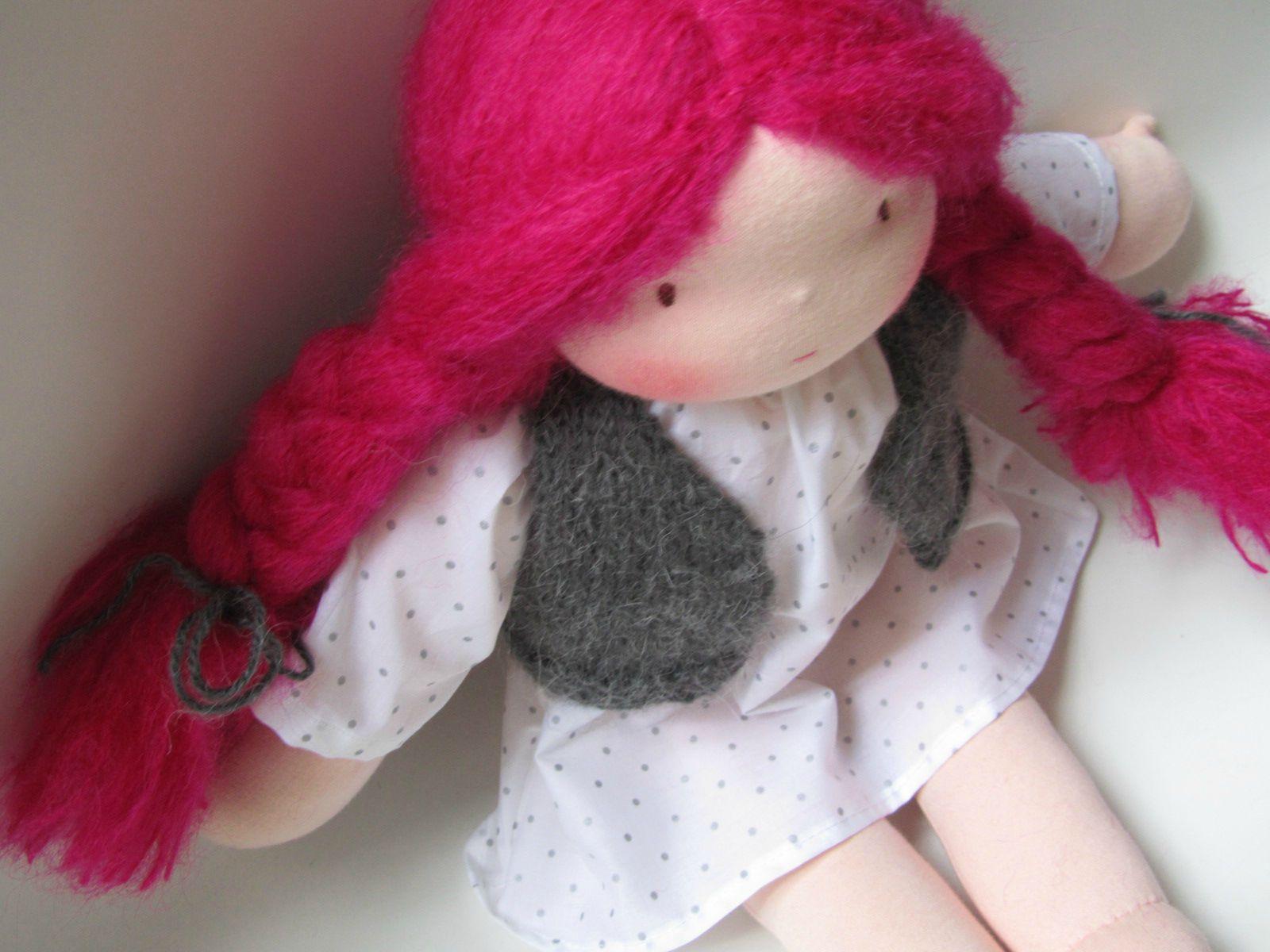 grande poupée waldorf cheveux roses (2)