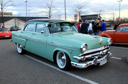 Ford_sedan_customline_1954__Rencard_du_Burger_King__01